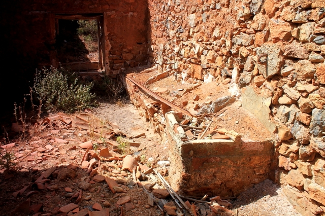 The low structure on the right is a lavadero – a series of washing tubs for scrubbing your clothes. These communal washing facilities are common in Spanish villages. Looks like the miners had them as well